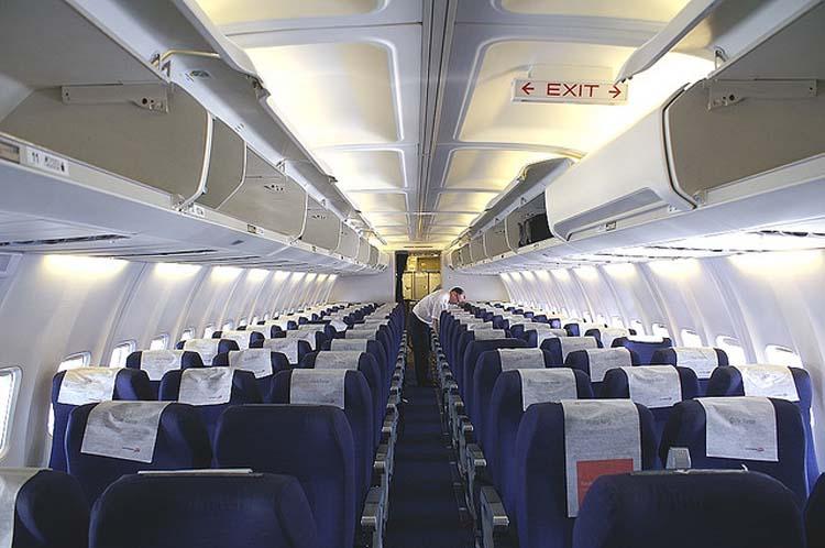 Бортовое радиоэлектронное оборудование воздушного судна Боинг 737-300 имеет вид некой смеси цифровых дисплеев...