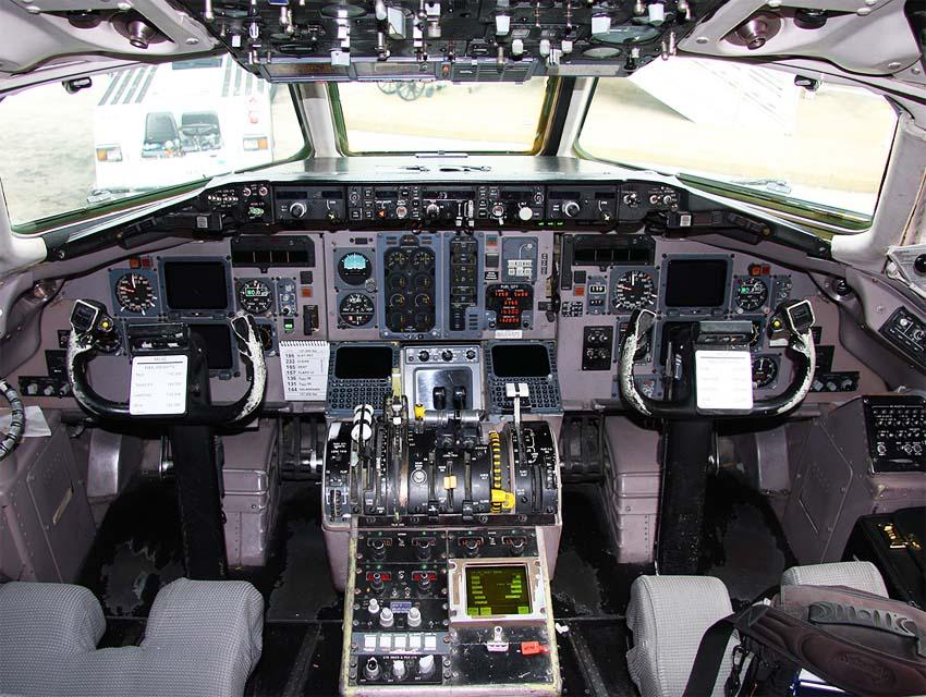 Кабина пилотов MD-88 (c) Tamas